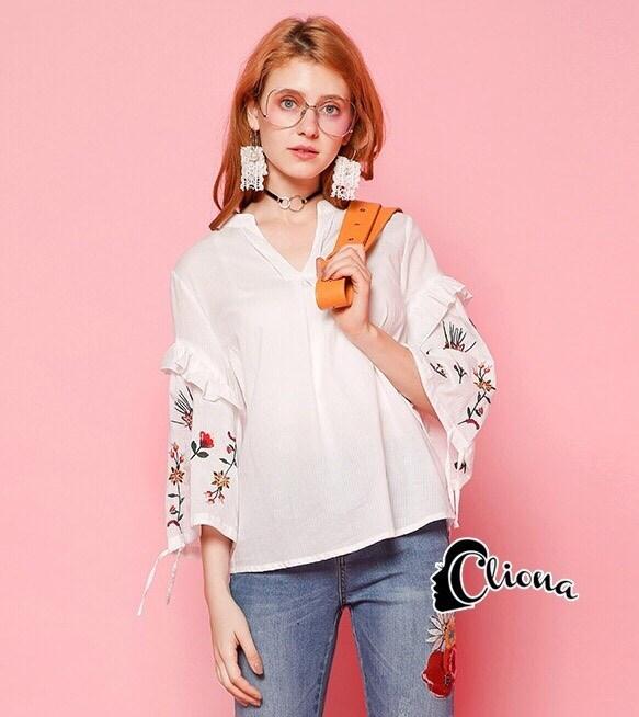 เสื้อผ้าเกาหลีพร้อมส่ง เสื้อคอวี ดีเทลเป็นเสื้อแขนสามส่วนแขนเสื้อปักดอกนูนช