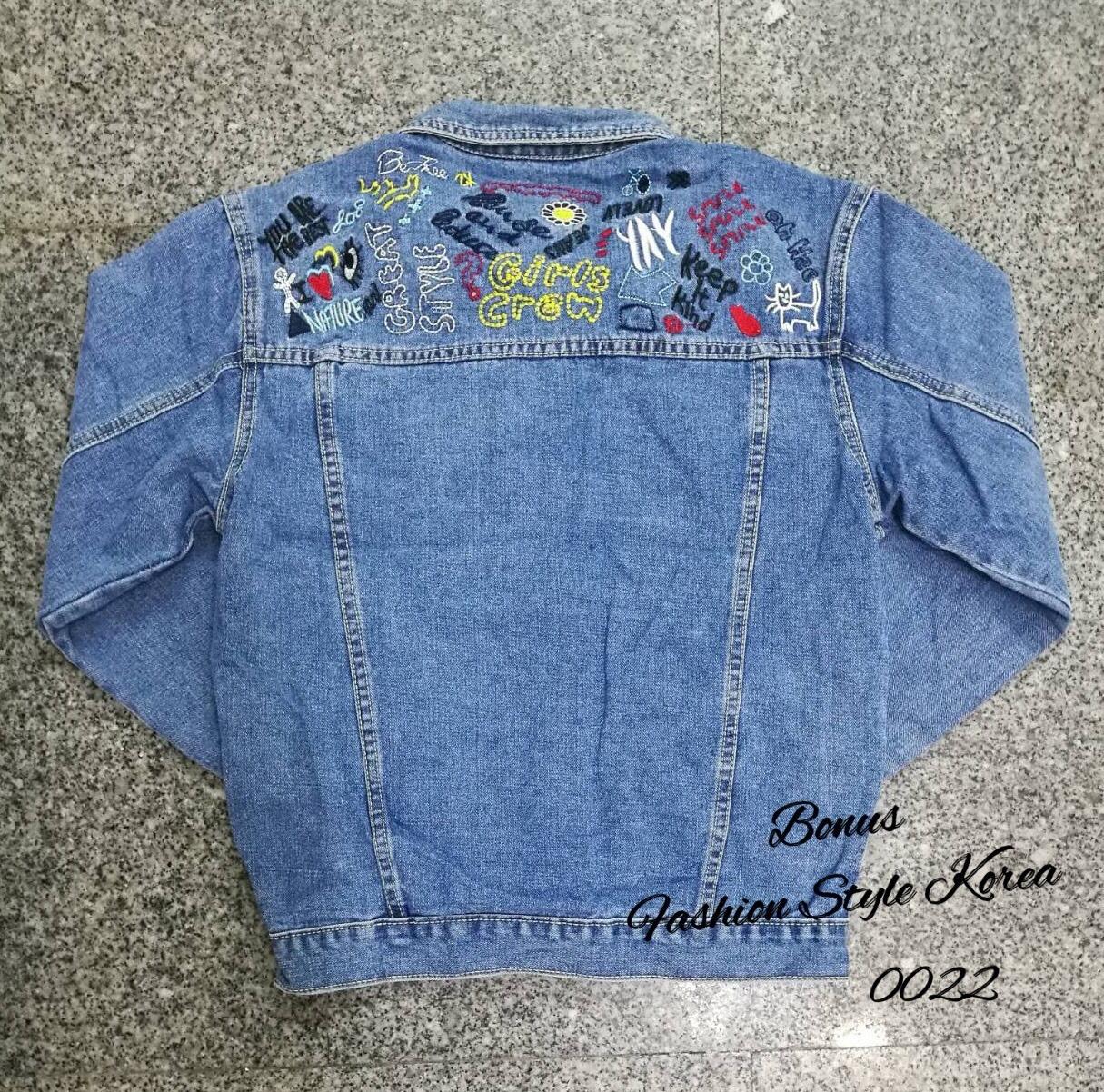 เสื้อผ้าเกาหลีพร้อมส่ง เสื้อแจ๊คเก็ตยีนส์ด้านหลังปักลวยลาย สีสัน สดใส