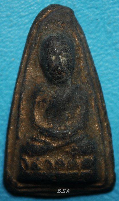 หลวงพ่อทวดเนื้อว่าน พิมพ์หลังตัวหนังสือ พ.ศ. 2513 สร้างโดย พระครูใบฏีกาขาว เจ้าอาวาสวัดช้างให้