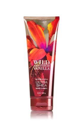 **พร้อมส่ง**Bath & Body Works Wild Madagascar Vanilla 24 Hour Moisture Ultra Shea Body Cream 226g. ครีมบำรุงผิวสุดเข้มข้น มีกลิ่นหอมโดดเด่นด้วยกลิ่นวนิลลา ผสมผสานด้วยกลิ่นหอมผลแพร์กับดอกมะลิป่า กลิ่นหอมเฉพาะตัวไม่เหมือนใคร ใช้ได้ทั้งชายและหญิงเลยคะ ,