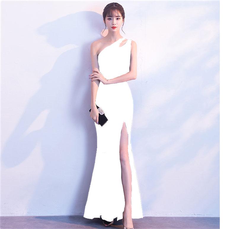 ชุดราตรียาวสีขาว ไหล่เฉียงข้าง เข้ารูป ลุคเรียบหรู สวยดูดี ใส่ออกงาน ไปงานแต่งงาน