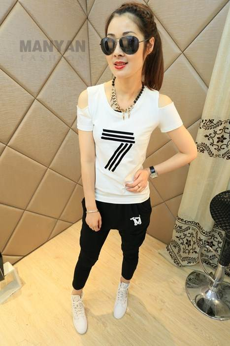 (sale)ชุด 2 ชิ้น เสื้อเปิดไหล่สีขาว + กางเกงฮาเร็มสีดำ(เสื้อเปื้อนรอยสกรีน)