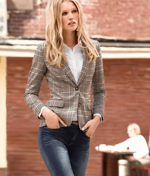 (สินค้าหมด) เสื้อสูทแฟชั่นผู้หญิง เสื้อสูททำงาน สีโทนน้ำตาล ลายสก๊อตสีสวย คอปกเก๋ แต่งผ้ากํามะหยี่ตรงข้อศอก สุดเท่ห์