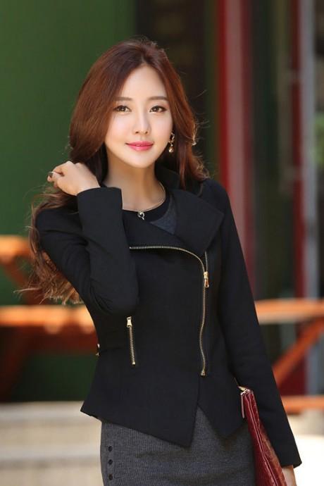 (สินค้าหมด) เสื้อสูทแฟชั่น เสื้อสูทผู้หญิงสีดำ คอปก แต่งด้วยซิบรูด ดีเทลสายรัดด้านหลัง แต่งระบายชายเสื้อด้านหลัง