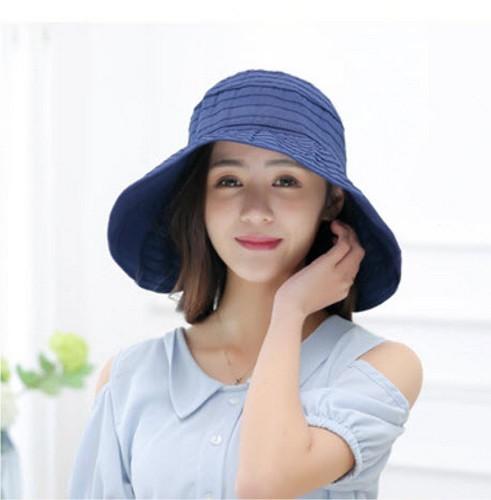 หมวกสีกรม มีปีกหมวกด้านหน้า