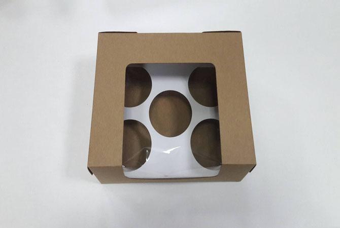 กล่องคัพเค้ก 5 ชิ้น ทรงหน้าต่างวีเชฟ 20.0x16.0x8.2ซม.กล่องเค้ก กล่องคัพเค้ก สีคราฟท์น้ำตาล พร้อมฐานรองคัพเค้ก (ช่องใส่คัพเค้กกว้าง 6.4ซม.) 20ใบ/แพ็ค