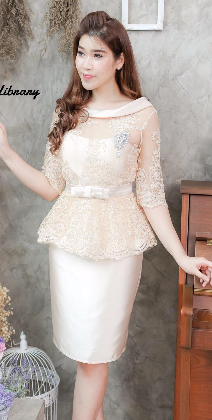(Size L) ชุดไปงานแต่งงาน ชุดไปงานแต่งสีครีม Set เสื้อผ้าไหมหลังวีแขนสามส่วน ตัวเสื้อใช้ผ้าไหมอย่างดี มาแต่งลูกไม้ออแกนดี้ เข้าเซ็ตกับกระโปรงผ้าไหม งานละเอียดสวยปราณีตสุดๆเลยคะ ด้านในเย็บซับในอย่างดี รุ่นนี้มาในลุคสาวสังคมชั้นสูงดูหรูหรา