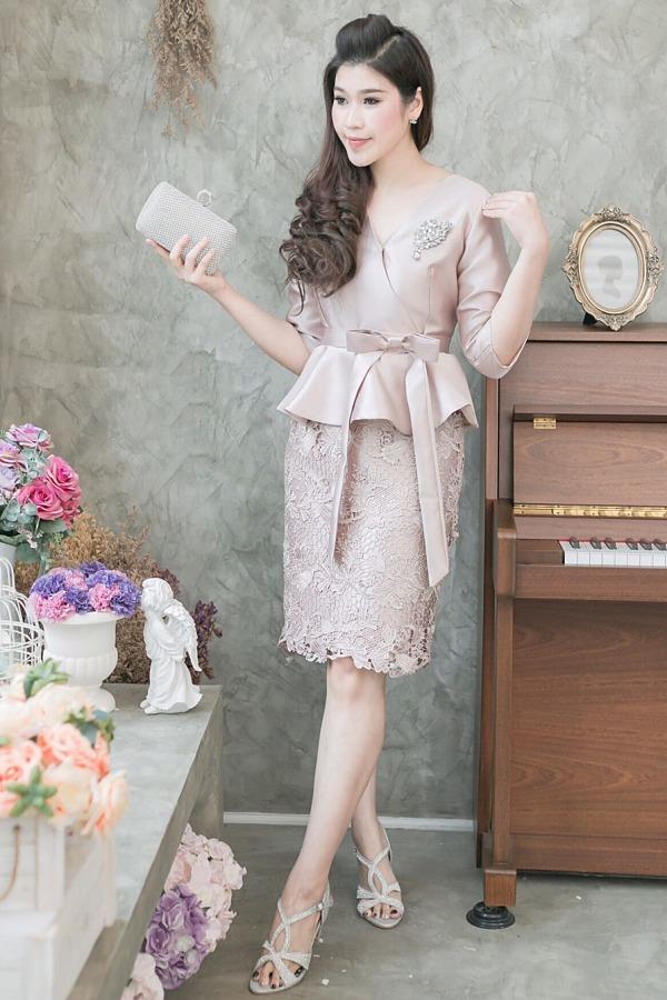 (XL) ชุดไปงานแต่งงาน ชุดไปงานแต่งสีพิงค์โกลด์ ผ้าไหมคอวีป้ายเอวระบาย กระโปรงผ้าไหมแต่งลูกไม้ฝรั่งเศสอย่างดี มีดีเทลที่เอวแต่งโบว์ข้าง
