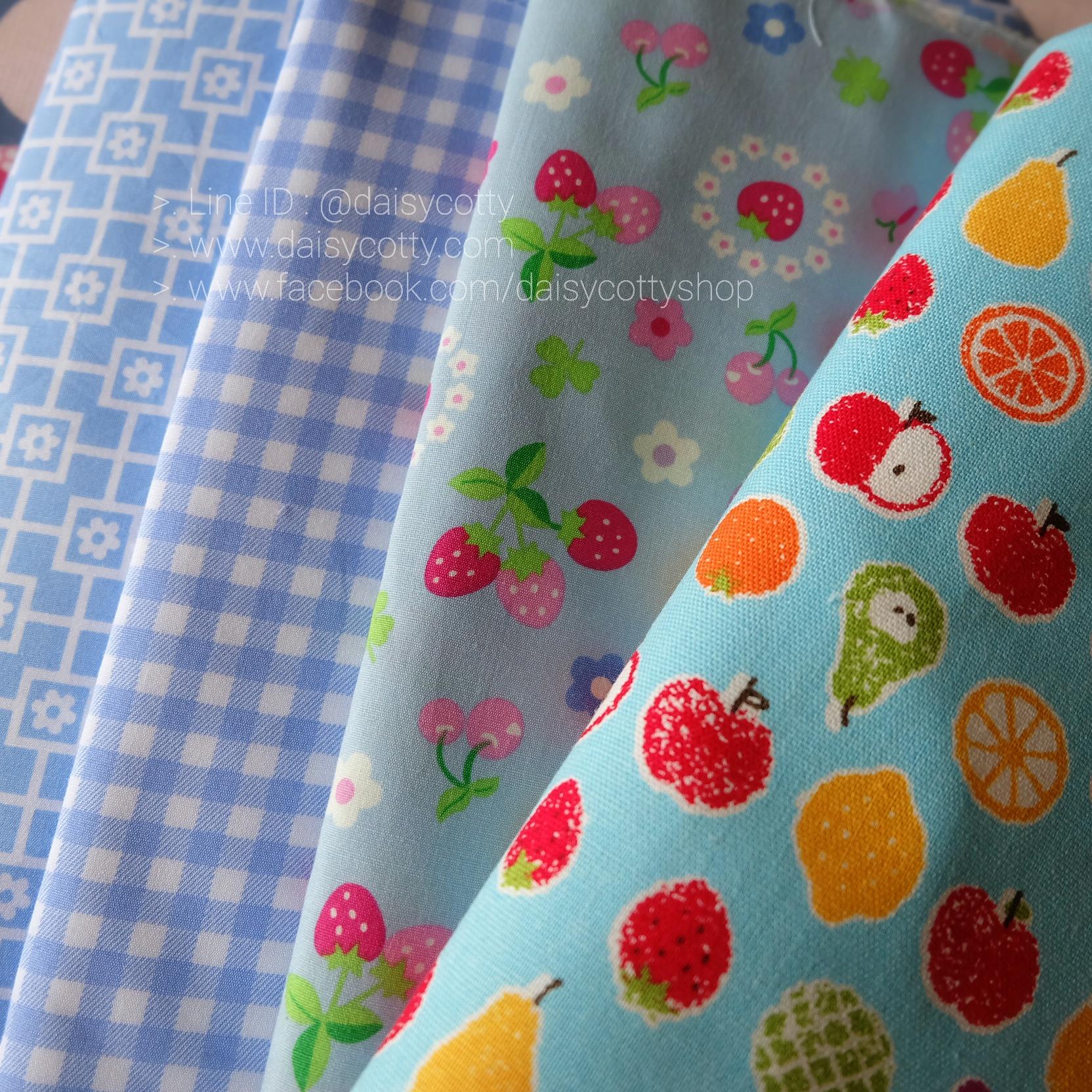 Set 4 ชิ้น : ผ้าคอตตอน 100% โทนสีฟ้า 3 ชิ้น และผ้าแคนวาสลายผลไม้ 1ชิ้น ชิ้นละ1/8 ม.(50x27.5ซม.)