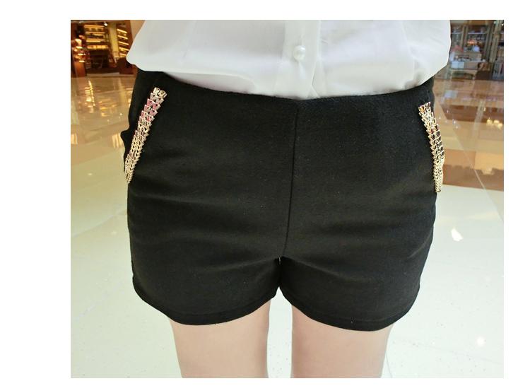 กางเกงแฟชั่นขาสั้นใหม่ ตกแต่งกระเป๋ากางเกงด้วย สายเลสสีทอง ตัดกับสีกางเกง โดดเด่นเกินใคร