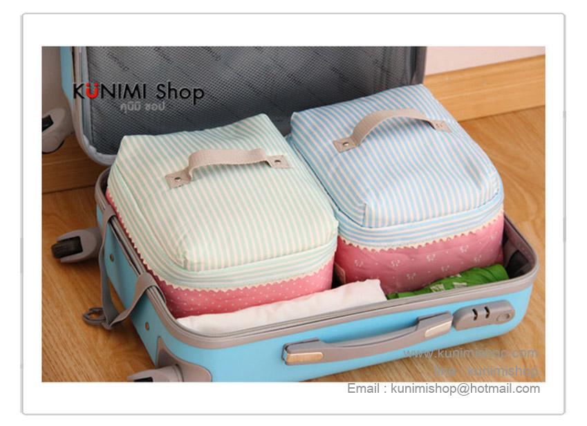 กระเป๋าจัดเก็บสิ่งของ กระเป๋าใส่เสื้อผ้า ผ้าเช็ดตัว ผ้าขนหนู ผ้าอ้อมเด็ก หรือของใช้ต่างๆ ช่วยกันฝุ่น กันเปื้อน กันแมลง ช่วยให้ตู้เสื้อผ้าเป็นระเบียบเรียบร้อย หยิบใช้งานสะดวก ง่ายต่อการขนย้าย มีหูหิ้วด้านบน พร้อมซิบเปิด - ปิด ขนากกระทัดรัด วัสดุบุด้วยผ้าหนานุ่ม ฝาเปิดเย็บตกแต่งด้วยผ้าลูกไม้ สวยน่ารักมากครับ ขนาด กว้าง 24 x ยาว 27 x สูง 12.5 ซม.
