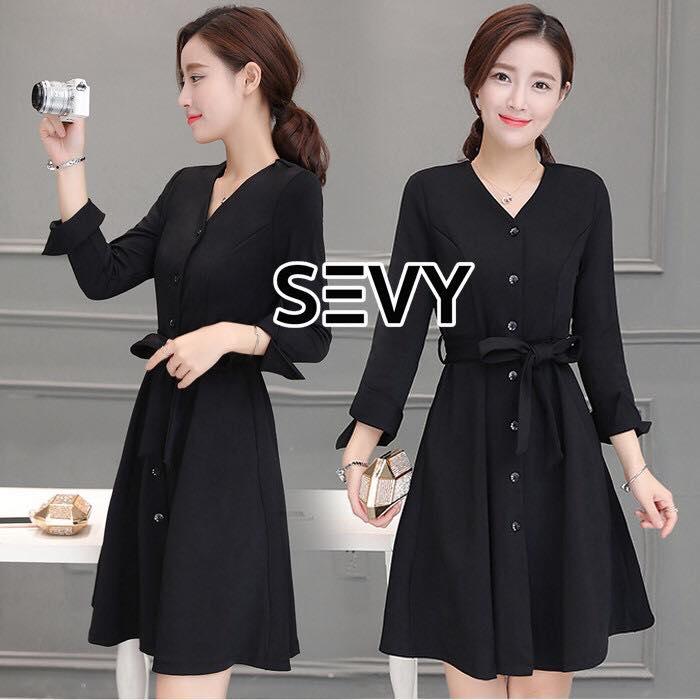 Sevy V-Neck Classy Black Ribbon Waist Dress Type: Dress Fabric: Spandex เนื้อผ้าเกรดดี เนื้อผ้ายืดหยุ่นได้ เนื้อผ้ามีน้ำหนักค่อนข้างมาก Detail : Dress ลุคเรียบหรู คอวี แขนยาว ชายแขนเสื้อผ่าขึ้นเล็กน้อย กระดุมผ่าหน้าใส่ง่าย มาพร้อมเชือกผ้าผูกเอว ใส่ออกมาแล