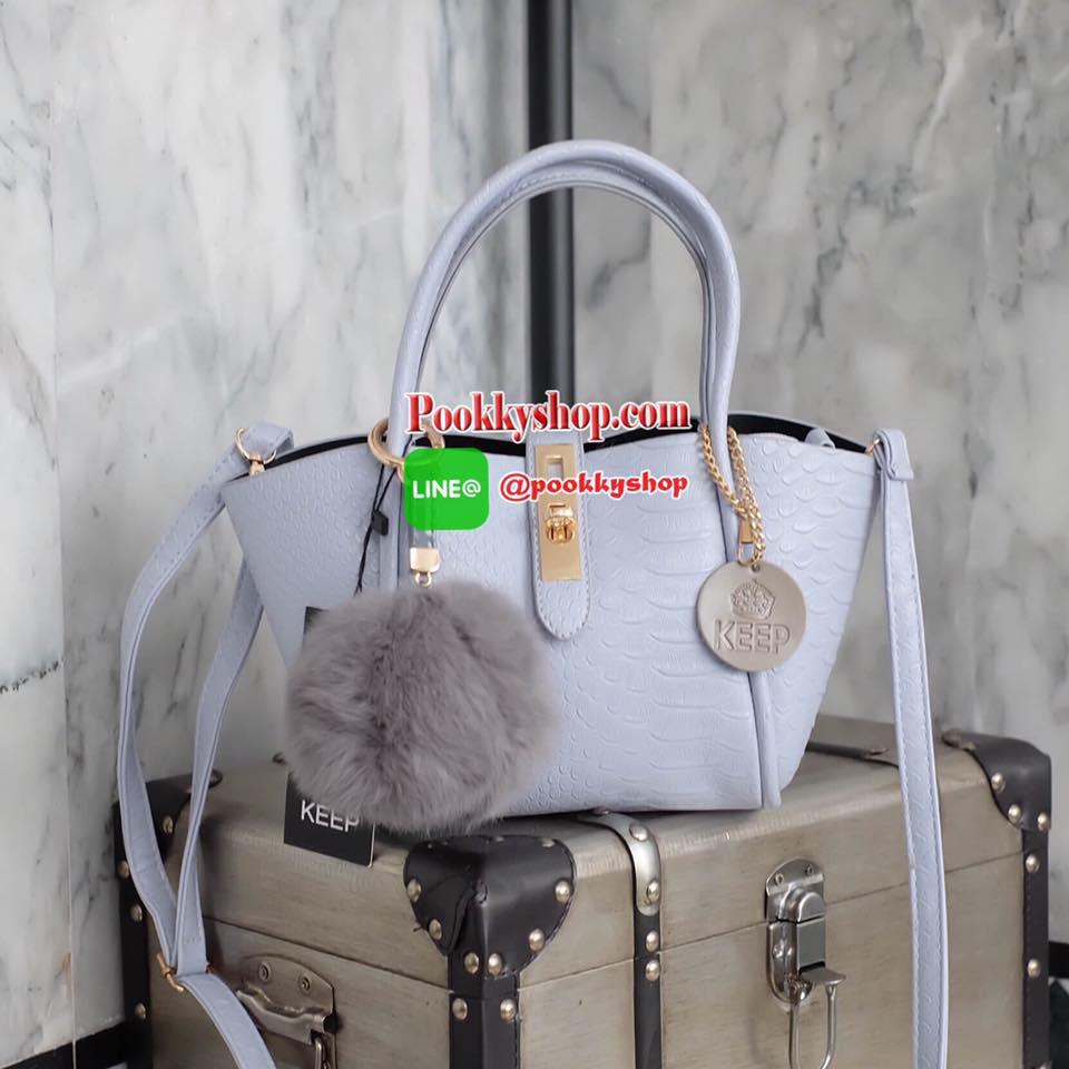 รุ่นมาใหม่ everyday keep handbag สวย หรู เวอร์วัง อีกแล้วค่า กระเป๋า ถือ//สะพายข้าง หนังสวยๆ มาพร้อมพวงกุญแจ ปอมปอม ฟรุ้งฟริ้ง น่ารักมาก เข้ากับกระเป๋าคะ ตัวกระเป๋าเป็นหนังวัวสังเคราะห์ อย่างดี เนื้อนิ่มหนา อยู่ทรง มีกระเป๋าเล็กๆด้านในแยกออกมาได้คะ มีซิปป