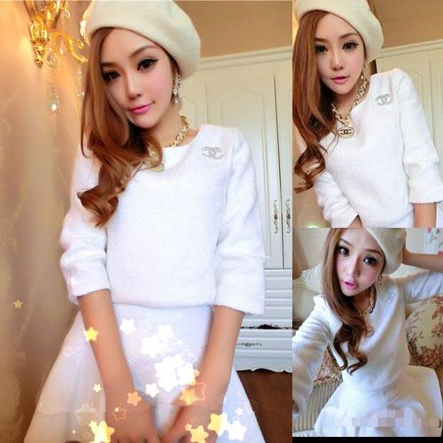 ++สินค้าพร้อมส่งค่ะ++ ชุดเซ็ทเกาหลี เสื้อคอกลม แขนยาว ซิบหลัง แต่งด้วยเข็มกลัด Channel ที่อก+กระโปรงสั้มตัดครึ่งทรงกลม – สี ขาว