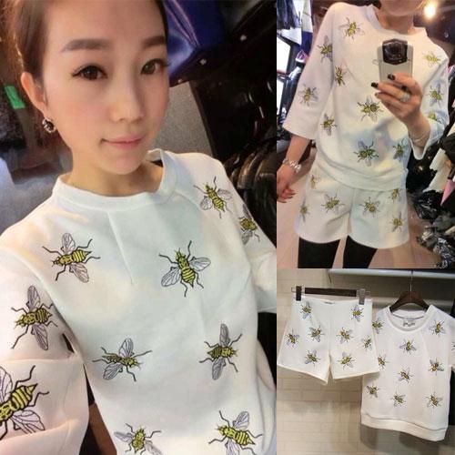 Chanel++สินค้าพร้อมส่งค่ะ++ชุดเซ็ทเกาหลี เสื้อคอกลม แขนห้าส่วน ผ้า Cotton Space เนื้อดีปักลายผึ้งทั้งตัวและกางเกงขาสั้นเข้าชุด มี 2 สีค่ะ สีขาว