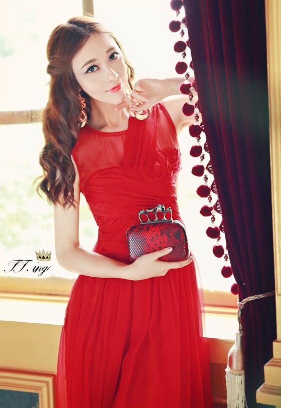 ชุดเดรสยาว เดรสราตรียาว ผ้าชีฟองชนิดเนื้อเงา (elegant chiffon dress) สีแดง ซีทรูช่วงไหล่ เย็บย่นจับจีบช่วงหน้าอก
