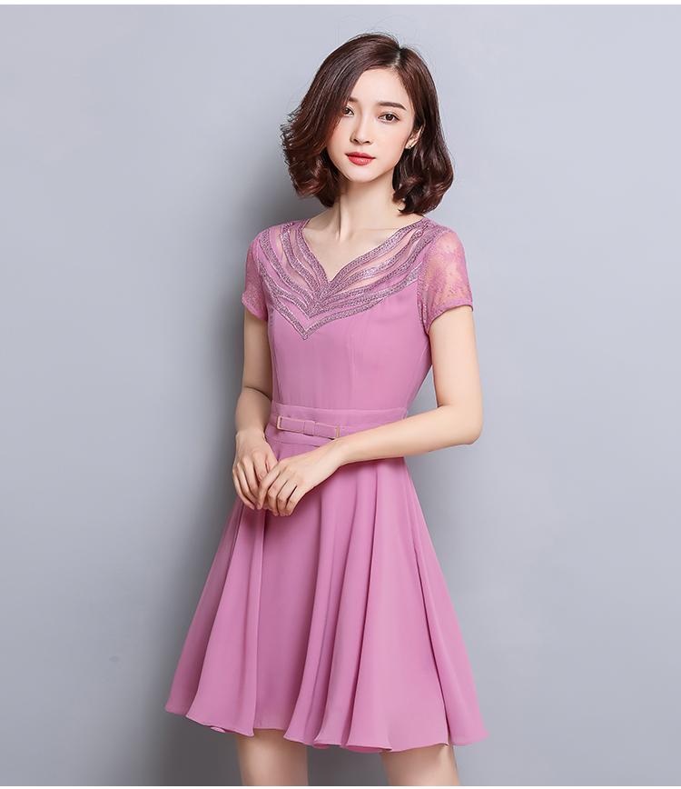 ชุดเดรสสั้น ผ้าชีฟองเนื้อดี สีชมพู คอเสื้อสวยมากๆ เป็นผ้าถักเย็บสลับกับผ้าโปร่ง