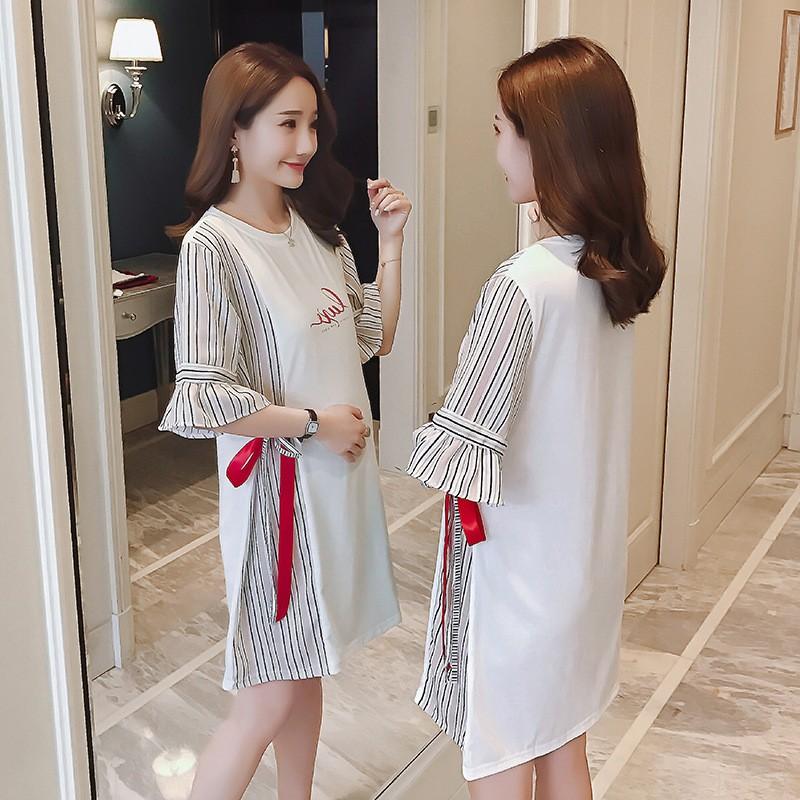 เดรสสั้นคลุมท้อง เสื้อยืดผ้าคอตตอลสีขาวเย็บแต่งแขนระบายสีน้ำตาลอ่อน(ผ้าโพลีเอสเตอร์ ) แต่งด้านข้างด้วยผ้าแบบเดียวกับแขนเสื้อ
