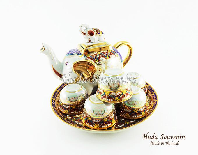 ของที่ระลึกไทย ชุดน้ำชาเบญจรงค์ กาช้างอ้วน ขนาดกลาง เบญจรงค์ลายเนื้อนูนเคลือบมุข สินค้าพร้อมส่ง (ราคารวมกล่อง)