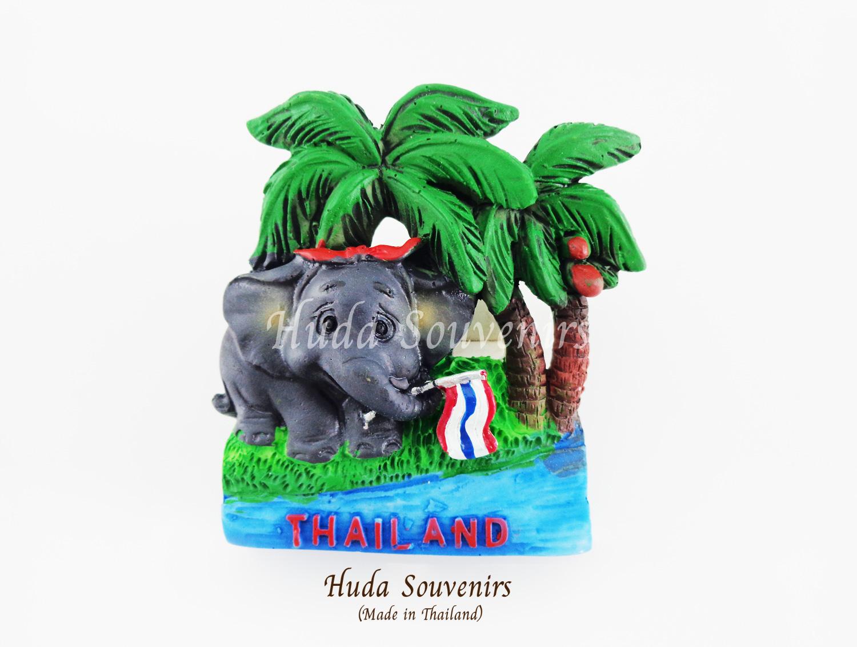 ของที่ระลึกไทย แม่เหล็กติดตู้เย็น ลวดลายช้าง งวงจับชูธงชาติไทยใต้ต้นมะพร้าว