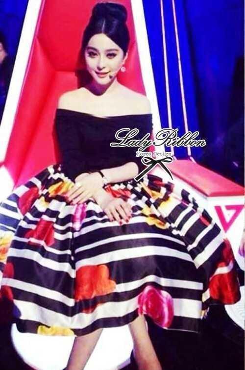 Lady Ribbon ชุดเซ็ทเสื้อเปิดไหล่สีดำ กระโปรงทรงสุ่ม ลายขวางดอกกุหลาบ
